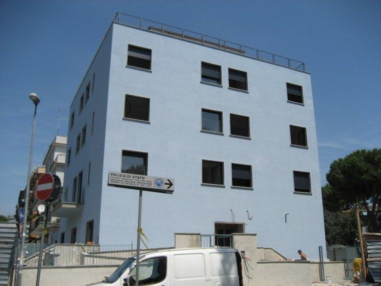 condominio moderno con finestre in alluminio