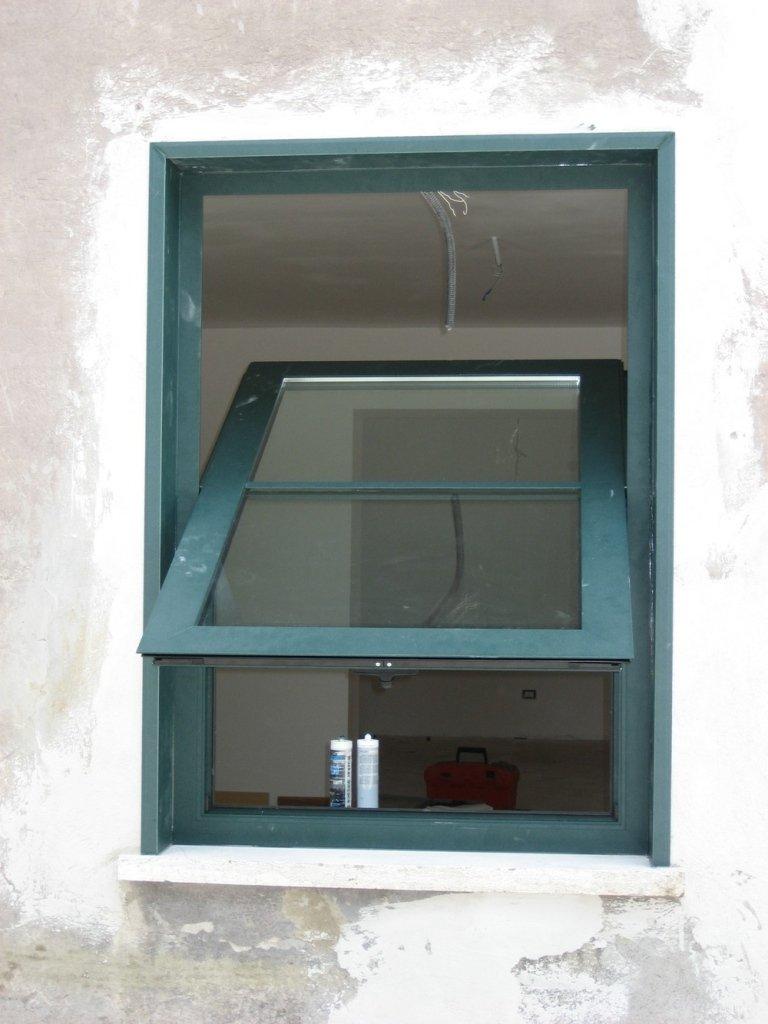 finestra basculante a bilico alluminio