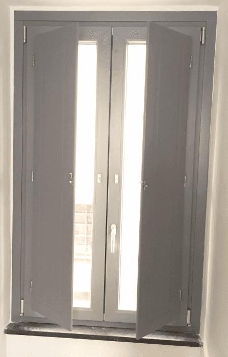 Finestra in pvc con scuretti e finitura grigio classico