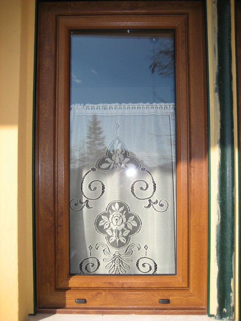 parte di una finestra in pvc rehau