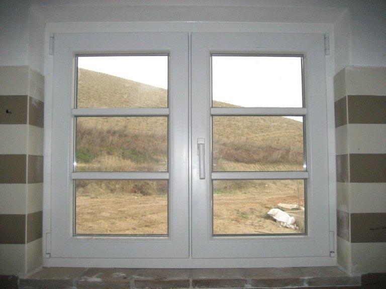 finestra in pvc rifinita finto inglese Rehau