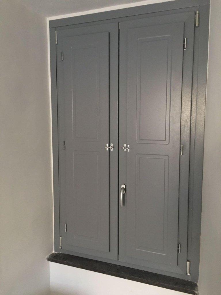 finestra con scuri e finitura classica