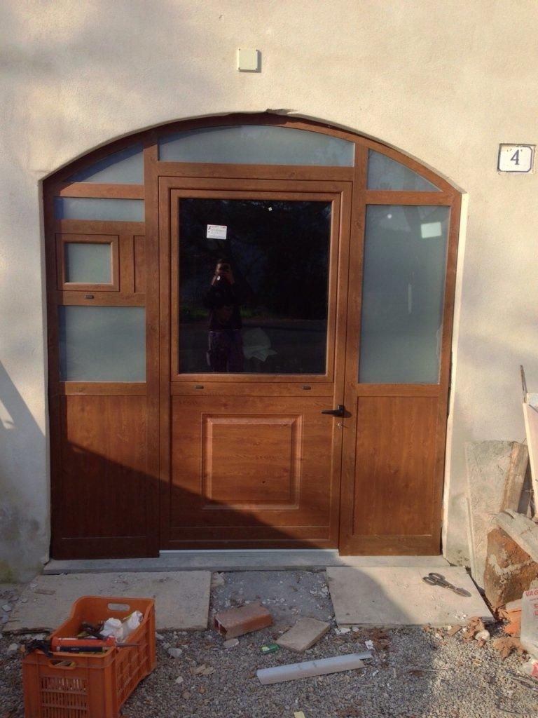 porta con finitura legno per ristrutturazione terni