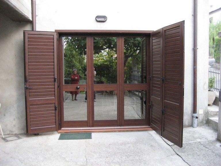 Portone TT finto legno con  persiana in tinta kikau esterna