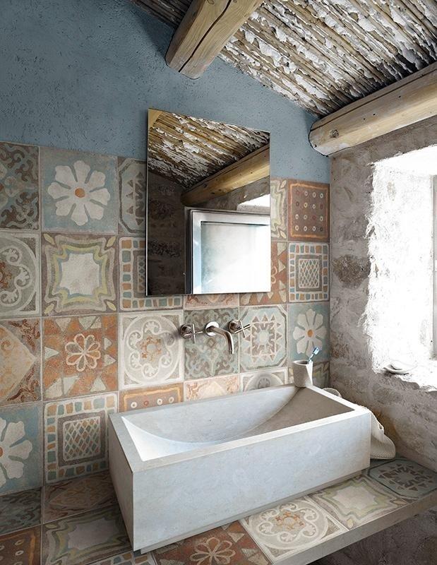 primo piano del lavandino bianco con specchio