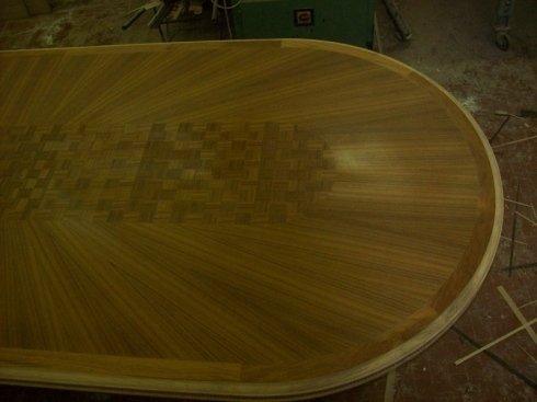 tavolo con piano decorato