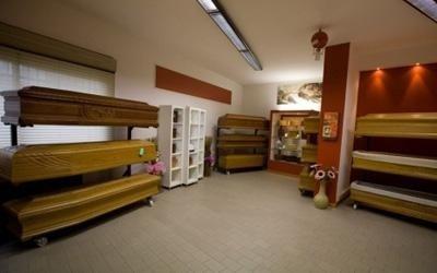 una stanza con delle bare in legno