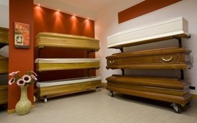 delle bare in legno di diversi tipi
