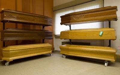 delle bare in legno chiaro e scuro