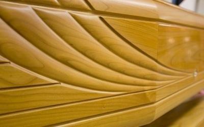 una bara in legno con sopra i disegni