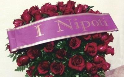 un bouquet di rose e un nastro con scritto I Nipoti