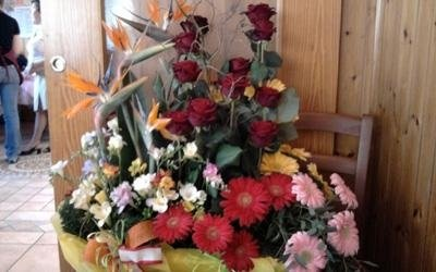 una sedia con sopra una composizione di fiori