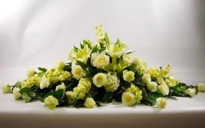 un bouquet di rose bianche