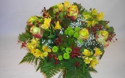 un bouquet di fiori gialli e verdi