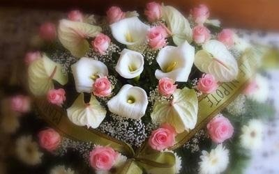 un bouquet di fiori rosa e bianchi