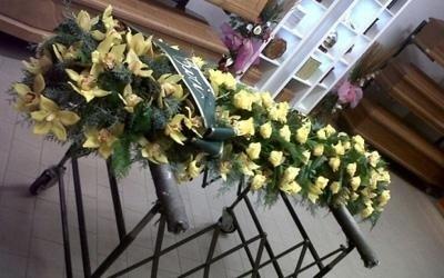 un composizione di fiori gialli