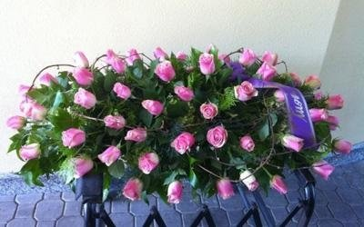 una composizione di fiori rosa
