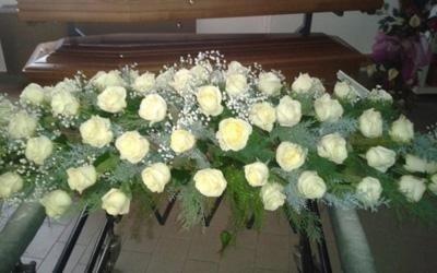 una composizione di fiori bianchi