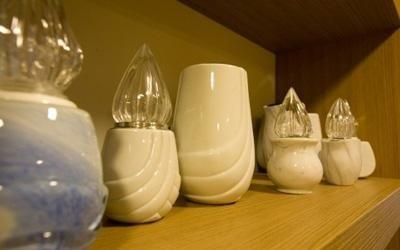 delle urne e dei porta lumini in marmo