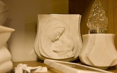 un'urna e un porta lumino in marmo