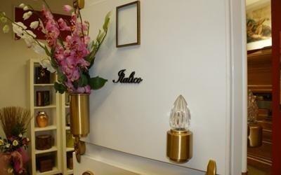 un porta fiori e un porta lumini dorato
