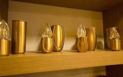 delle urne e dei lumini dorati