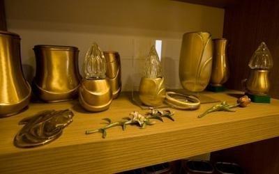 delle urne e dei porta lumini dorati