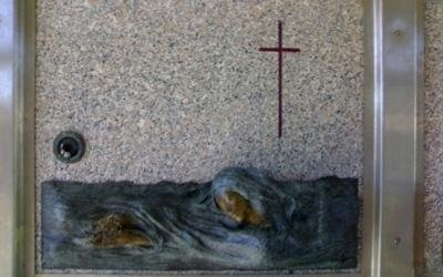 una croce su una tomba in marmo