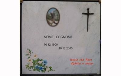 una lapide con sopra un disegno di fiori,un nome scritto e una foto in ceramica