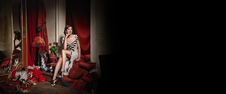 Modella in posa su divano