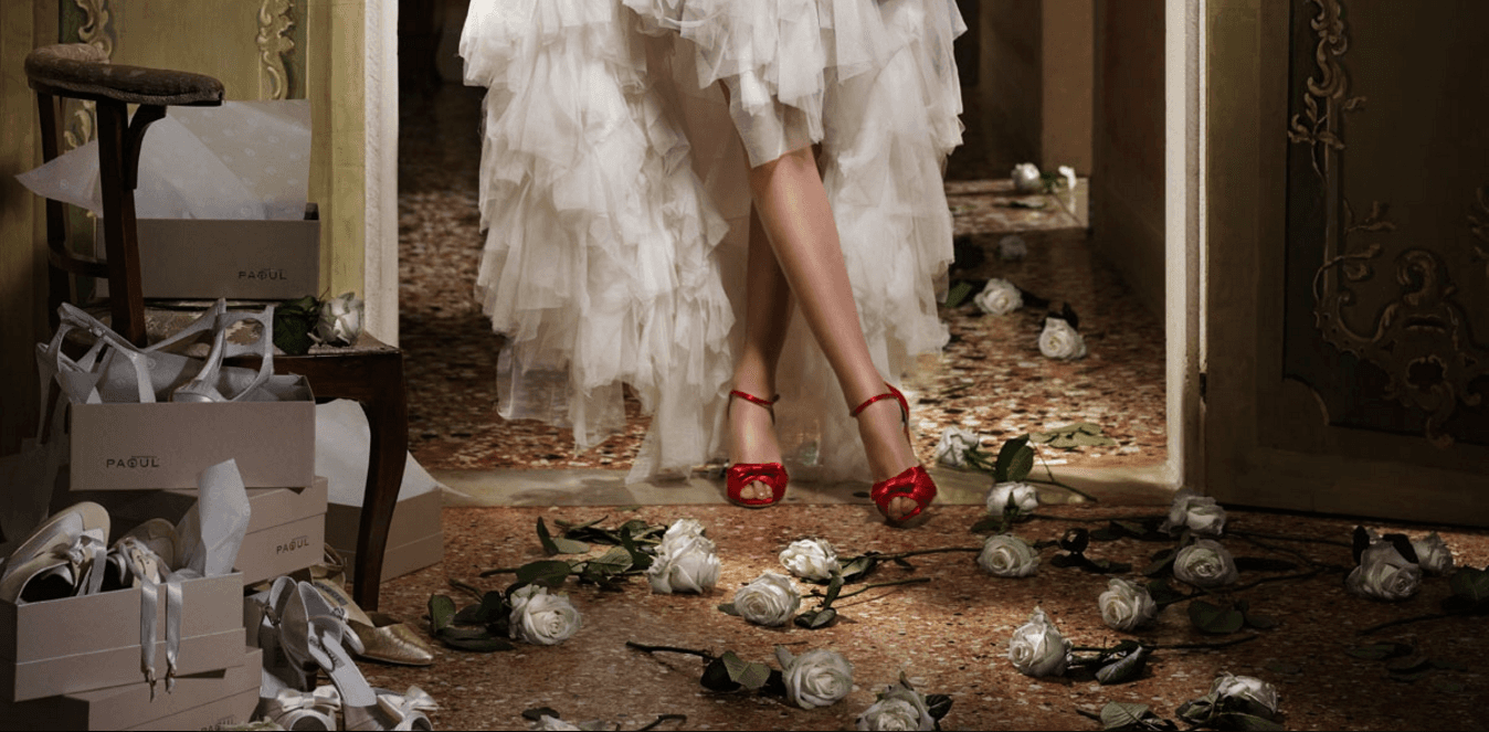 Gambe di una modella con scarpe rosse