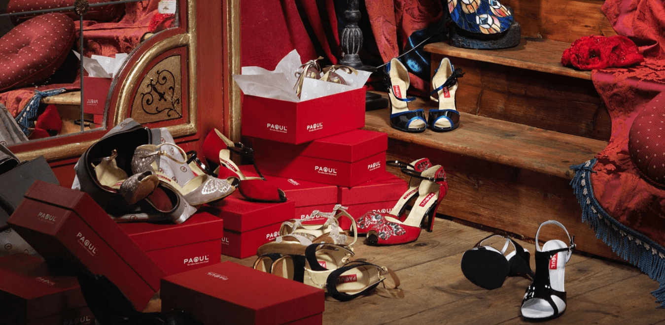 Scarpe e scatole a marchio Paoul