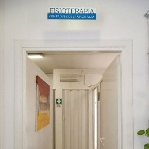 insegna centro fisioterapico Alfa sopra la porta
