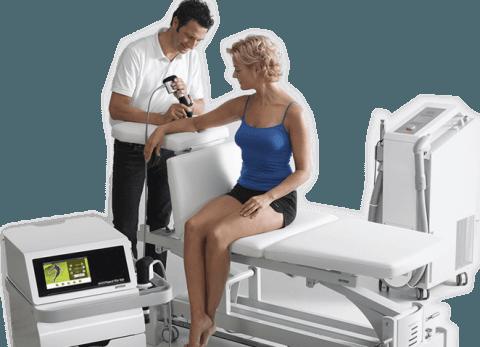 medico durante una terapia a onde d`urto radiali