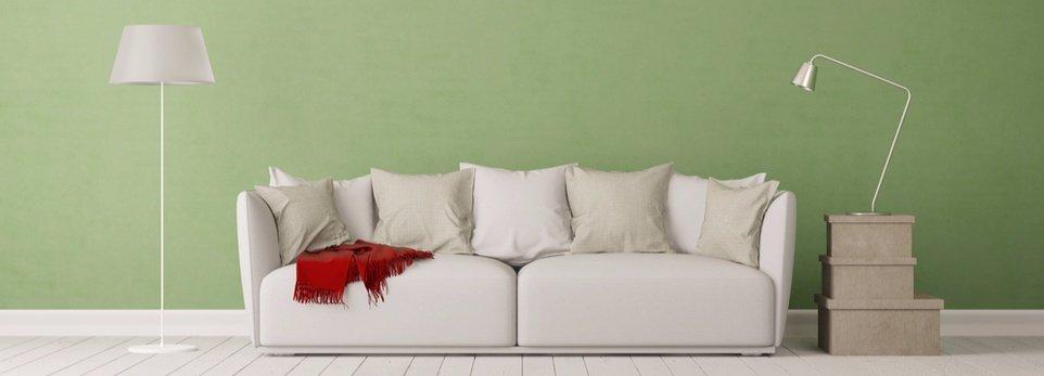 salotto decorato in stile moderno con parete verde menta