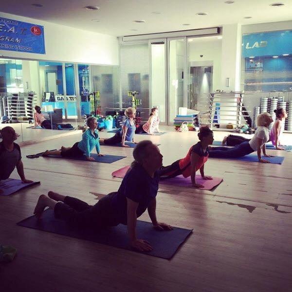 Le persone praticando lo yoga e  posturale a Fit Lab in Roma