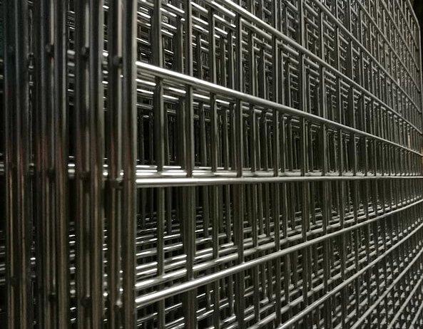 lamiere in ferro di colore bianco disposte una sopra l'altra interno di un magazzino