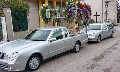 Carro funebre per il trasporto di corone e composizione floreale