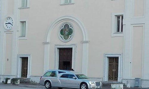 Carro funebre alla porta della chiesa