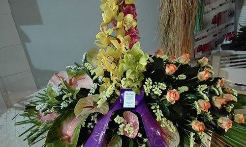 Composizione floreale con rose gigli e le orchidee in colore chiaro