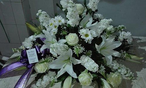 Composizione floreale di perle, giacinti e rose bianche