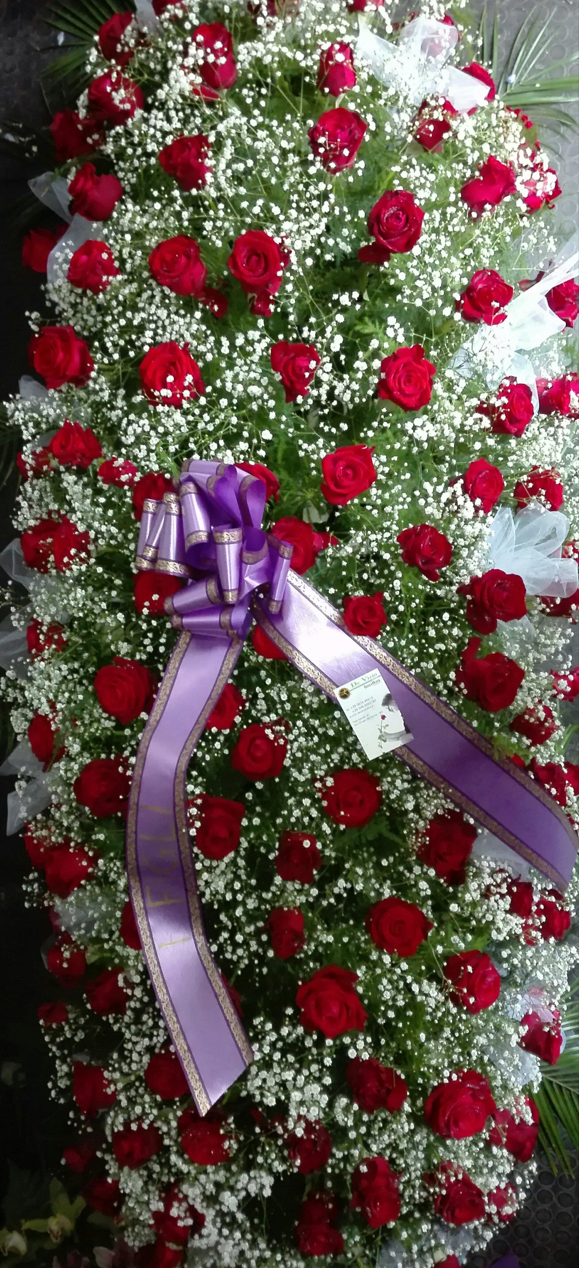 Composizione floreale di fiori selvatici bianchi e rose rosse