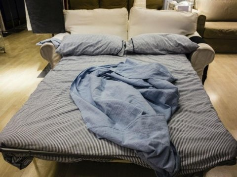 divano letto aperto e con le lenzuola