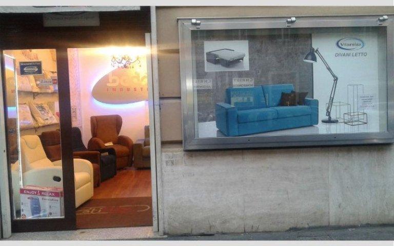 vetrina esterna negozio di poltrone