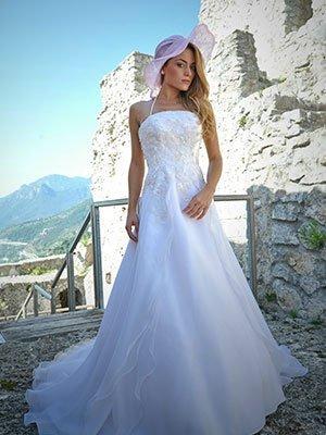 Una donna con un abito da sposa e un cappellino di color bianco