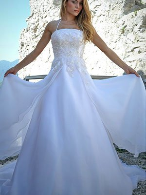 Una donna in posa con un abito da sposa
