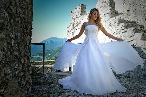 Una donna con un abito da sposa