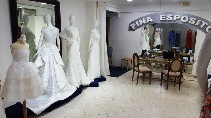 interno di un negozio di vestiti da sposa con dei manichini con degli abiti