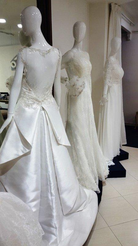 manichini con dei vestiti da sposa di diversi stili