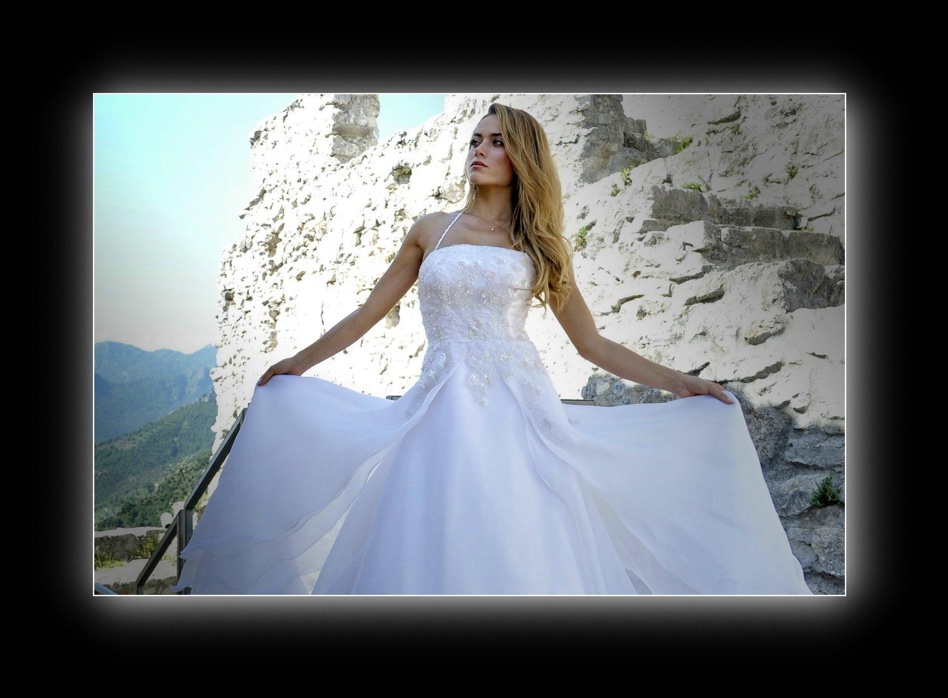 un vestito bianco da sposa su una modella bionda